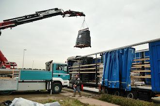 Photo: 09-11-2012 © ervanofoto En daar gaan we dan. Het eerste rek met ramen zweeft door de lucht.