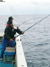 Photo: 後方の二人は、その後もダブルヒット! 真鯛キャッチ!