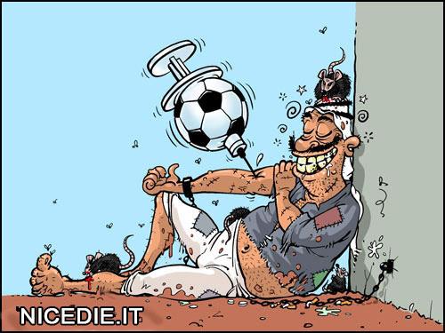 uno straccione legato da una catena al muro, con una siringa a forma di pallone di calcio infilata nel braccio e uno sguardo estasiato