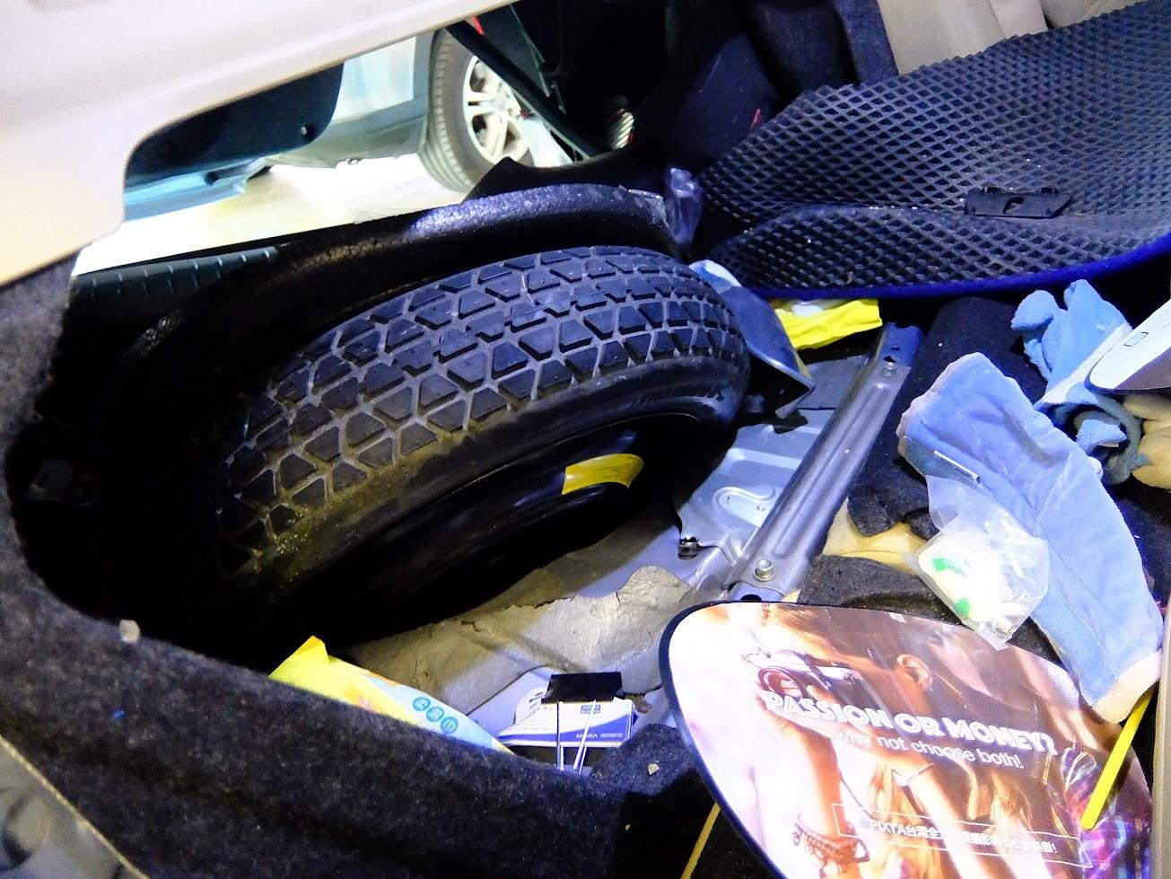 從車內看(這是將後座拆掉看到的),備胎整個推到前面,不過車室是完整的,僅有撞擊區域潰縮