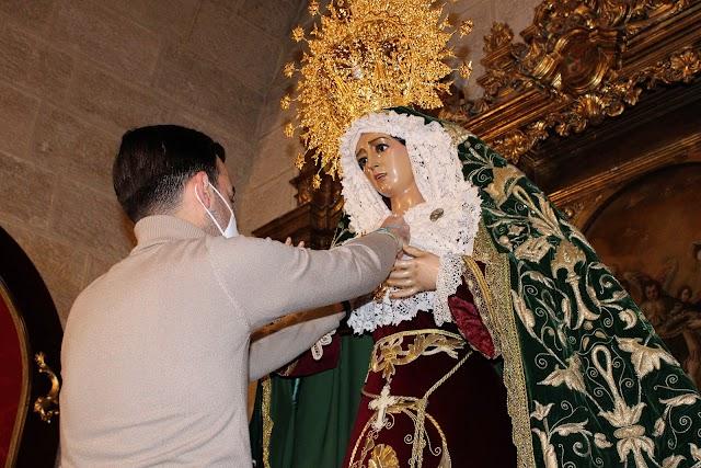 José Francisco Siles Cantón vistiendo a la Virgen.
