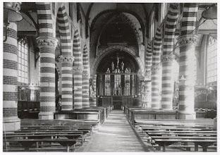 Photo: 1915 Interieur van de St. Martinuskerk met gaslampen.