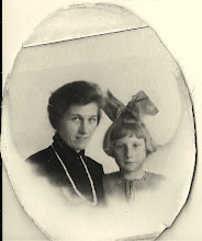 Photo: Mijn oma met mijn moeder, 7jaar zijn ze samen geweest.  Mijn moeder was zo gek op haar. Mijn oma hertrouwde  toen mijn moeder 10 jaar was en gingen in Haarlem wonen.Tot haar dertiende jaar is zij enig kind geweest. Toen ze 13 jaar was kreeg ze nog een halfbroertje Rijn, ze was er weleens jaloers op geweest vertelde ze, zij had alle aandacht gehad en moest het toen delen. Rijn heeft zijn ouders nooit gekend. Na het overlijden van hun moeder en vader en (stiefvader) werd hij geplaatst  in het Haarlems weeshuis en mijn moeder in een Christelijk meisjes weeshuis in Gelderland.   Beiden hadden geen goede herinneringen aan het weeshuis. Rijn  heeft wel de gelegenheid gehad om te studeren  als vliegtuigbouwkundige. Hij heeft jaren in het buitenland gewoont.  Ze hadden op oudere leeftijd een hechte band met elkaar gekregen. Veel kon mijn moeder vertellen over zijn ouders. Wij hebben ook goed contact met Rijn en zijn vrouw Chris ''hij is 84 jaar'' ze wonen in Haren, vlak bij zijn enige dochter Marja.