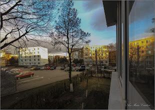 """Photo: Turda - Calea Victoriei, Bloc B15 - Imagini de la geamul meu - 2019.03.11  Culorile cerului la ora matinala. Imagine din fereastra balconului, cu vedere spre Nord - Calea Victoriei - E vant. Stau acasa...poate mai tarziu....Intre timp am aflat de pe net ca: """"La apus și la răsărit calea parcursă de razele solare prin atmosferă este cea mai lungă și prin urmare, culorile care reușesc să ajungă mai ușor la noi sunt roșul și portocaliul, în timp ce albastrul și violetul se pierd din ce în ce mai mult din cauza difuziei."""""""