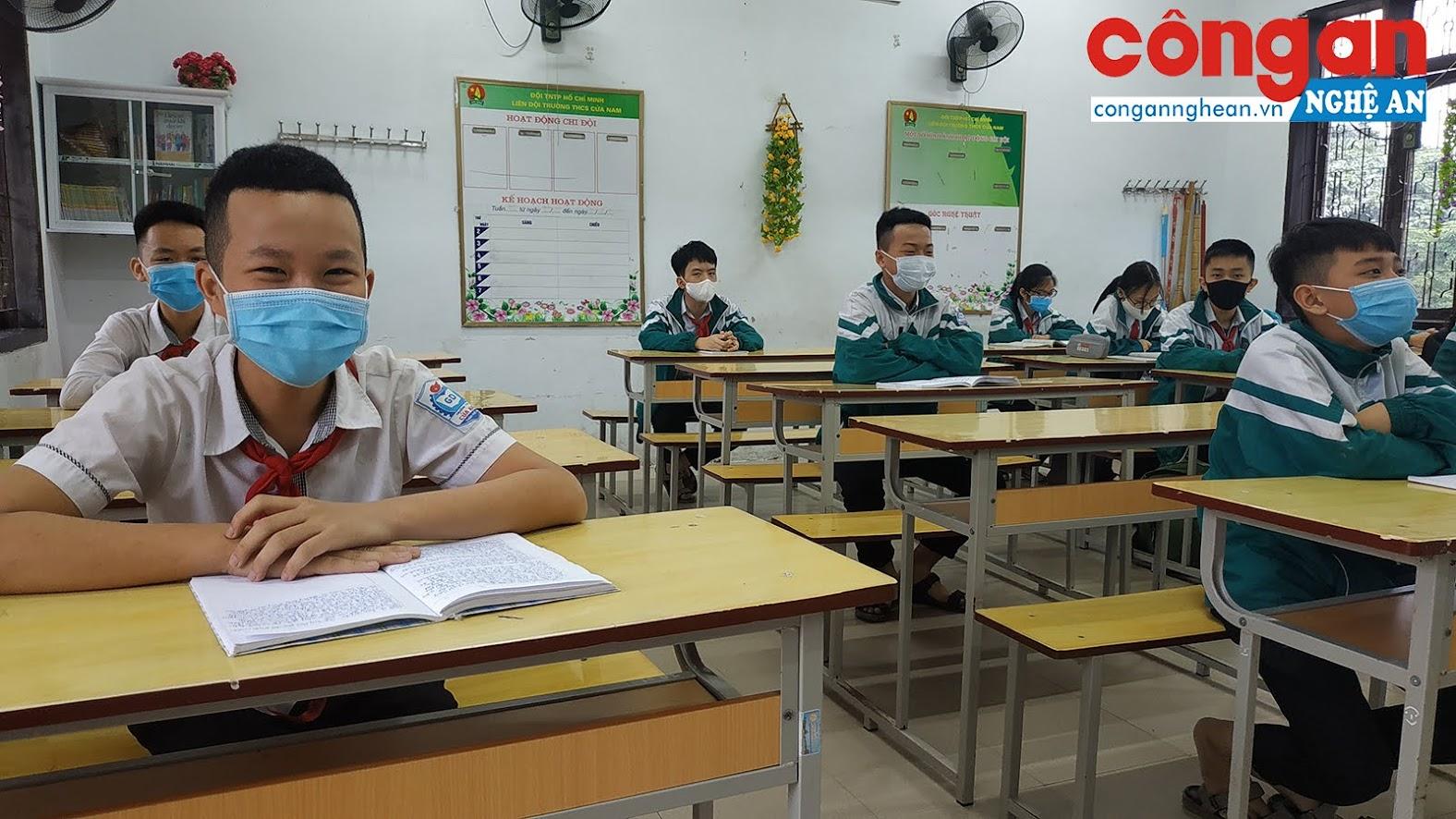 Việc giãn cách các vị trí được nhà trường tổ chức nghiêm chỉnh nhằm đảm bảo an toàn cho học sinh và giáo viên