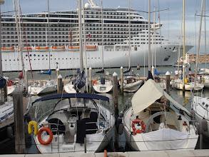Photo: Yachthafen von San Giorgio und geschleppter Kreuzfahrer