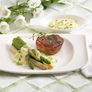Rindermedaillons mit Spargel und Pfeffer-Sauce
