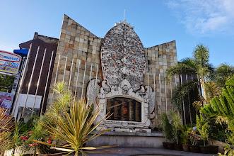 Photo: Memorial Wall – Homenaje a las 202 víctimas del atentado de Bali en 2002.