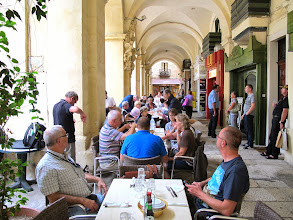 Photo: 13.10.08LaValette : resto Eddie's, groupe, sous arcades en plein air