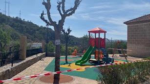 Parque infantil de Alcolea precintado por la crisis.