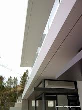 Photo: Detalle de fachada. Iluminación lineal exterior.