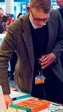 """Photo: 59. Jahrestagung der DGPuK über """"Digitale Öffentlichkeit(en)"""" an der Universität Passau  Springer VS: Verleihung des Dissertationspreises """"Medien - Kultur - Kommunikation"""" an Christian Pentzold Anschneiden des Buch-Kuchens   Foto: Janertainment Janine Amberger"""