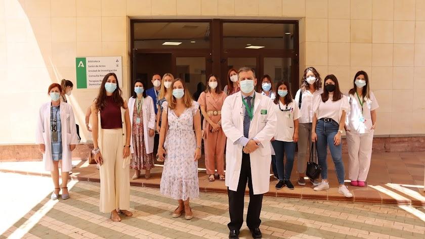 Responsables del Hospital y del Distrito Sanitario junto con los participantes en la jornada.