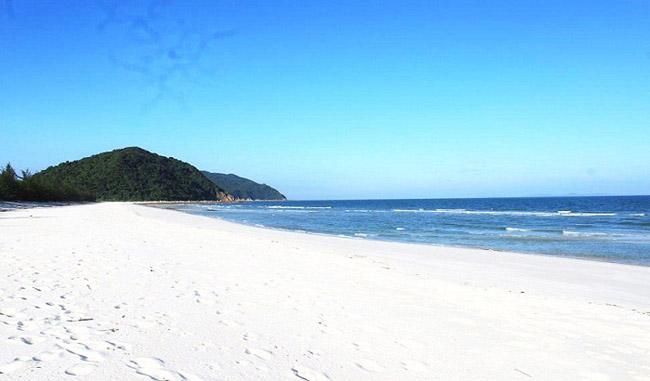 Bờ biển đảo Quan Lạn
