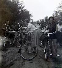 Photo: JB kamp Ameland 1957 Links Hendrik Witting, rechts Gé Zandvoort links vooraan Hennie Enting Schipborg en met staart haar zus Adriane Enting combinatie met Anloo