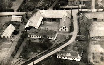Photo: Løvel.  Uffe Møllers ejendom. Stuehuset boede Arne Dalsgaard i, da han havde møbelforretningen. Broderen, Christian Møller boede med sin søster, Anna i aftægtshuset til venstre.