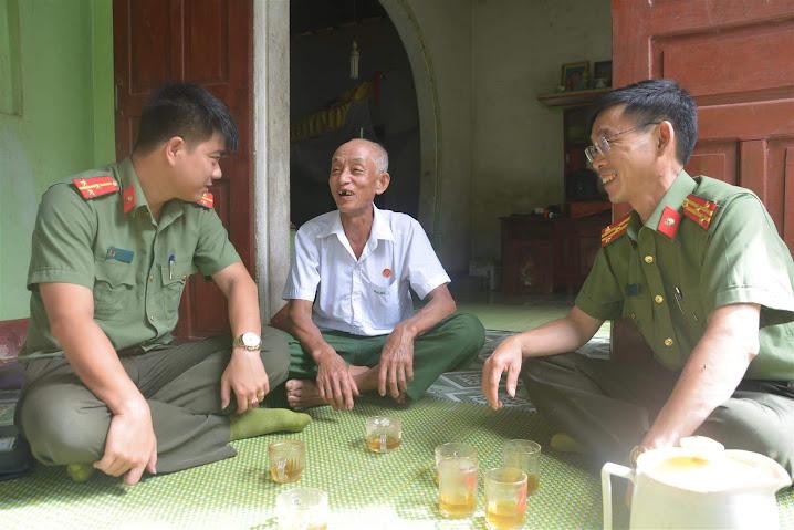 Thượng tá Mùa Bá Bì, Phó trưởng Công an huyện Quế Phong và Đại diện Đoàn thanh niên Phòng công tác đảng, công tác chính trị ân cần thăm hỏi sức khỏe của bác Lô Văn Việt, 71 tuổi, trú tại bản Cắng