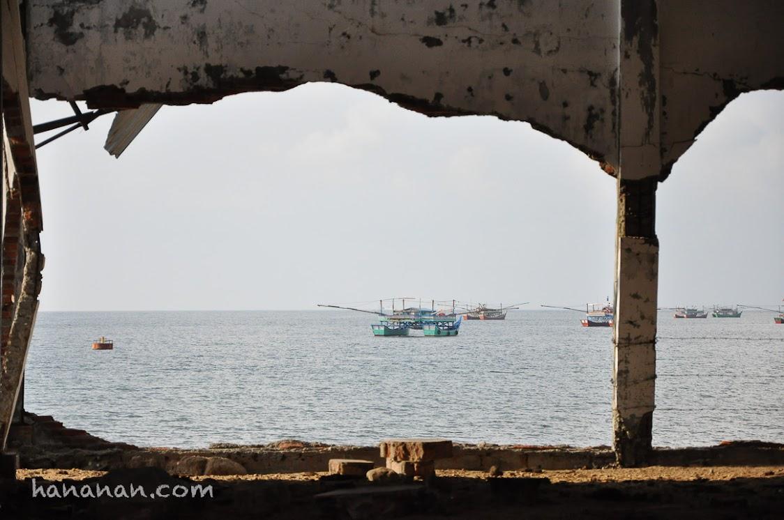 Gedung di pinggir pantau yang nyasir roboh diterjang tsunami 2004.