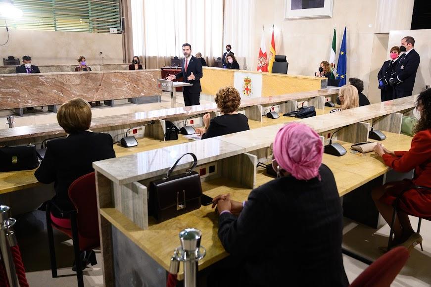 """El alcalde de Almería destaca el papel de la mujer en la construcción de """"una sociedad más abierta, participativa, inclusiva y, por tanto, mejor""""."""
