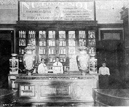 Photo: Interior de uma farmácia. Provavelmente foto do início do século XX