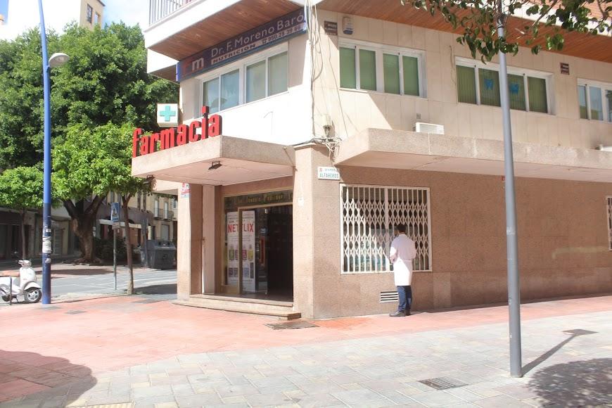 Farmacia en Avenida Pablo Iglesias esquina calle Alfareros.
