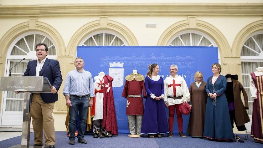 Martínez Botella con modelos y algunos de los trajes del taller.