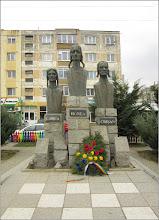 """Photo: Turda - Calea Victoriei - parcul din Mr.3 - Grupul statuar """"Horea Cloșca și Crișan"""" -   2019.03.20"""