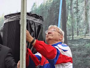 Photo: Алешин поднимает флаг