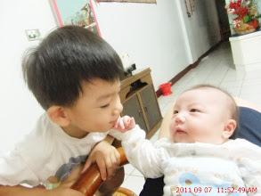 Photo: 摸哥哥臉..
