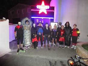 Photo: Pose des 12 randonneurs devant l'entrée du Memphis.