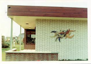Photo: Relief villa Wiekslag, abstracte vogels in ronde vormen met punten uitbeeldend de slag van de vleugels of wieken van de vogels, 1984