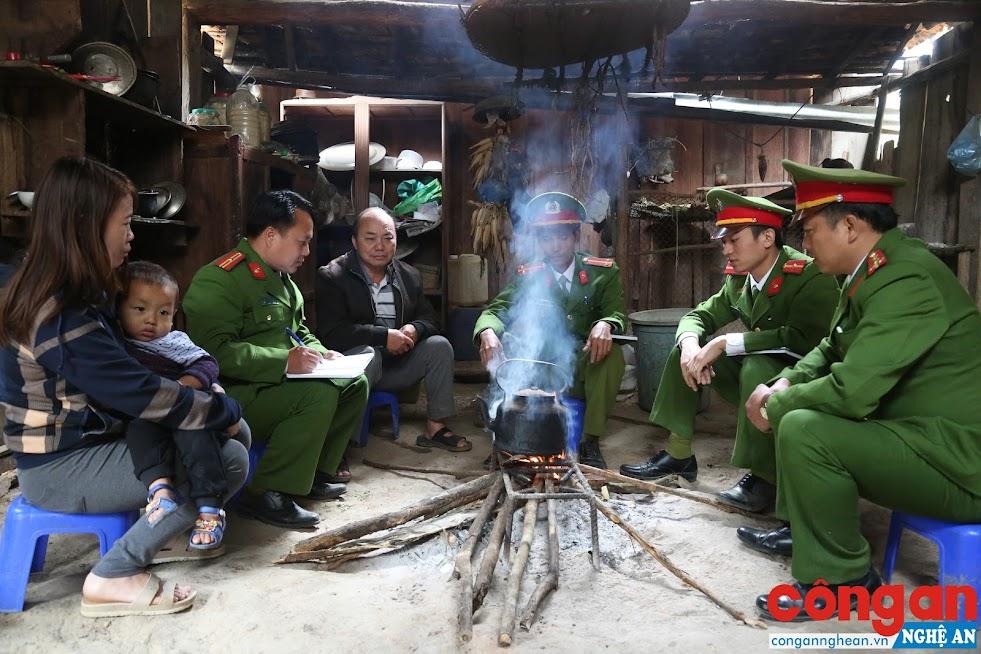 Công an huyện Tương Dương và Công an xã Tam Hợp tuyên truyền phòng, chống mua bán người cho bà con dân tộc thiểu số