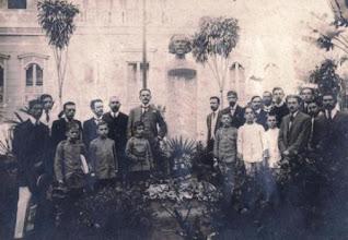 Photo: Inauguração do busto de Fagundes Varela na Praça Visconde do Rio Branco em 1902. O busto foi confeccionado por Rodolfo Bernardelli