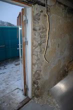 Photo: Døren ud til terrasen holdt på plads af kampesten.
