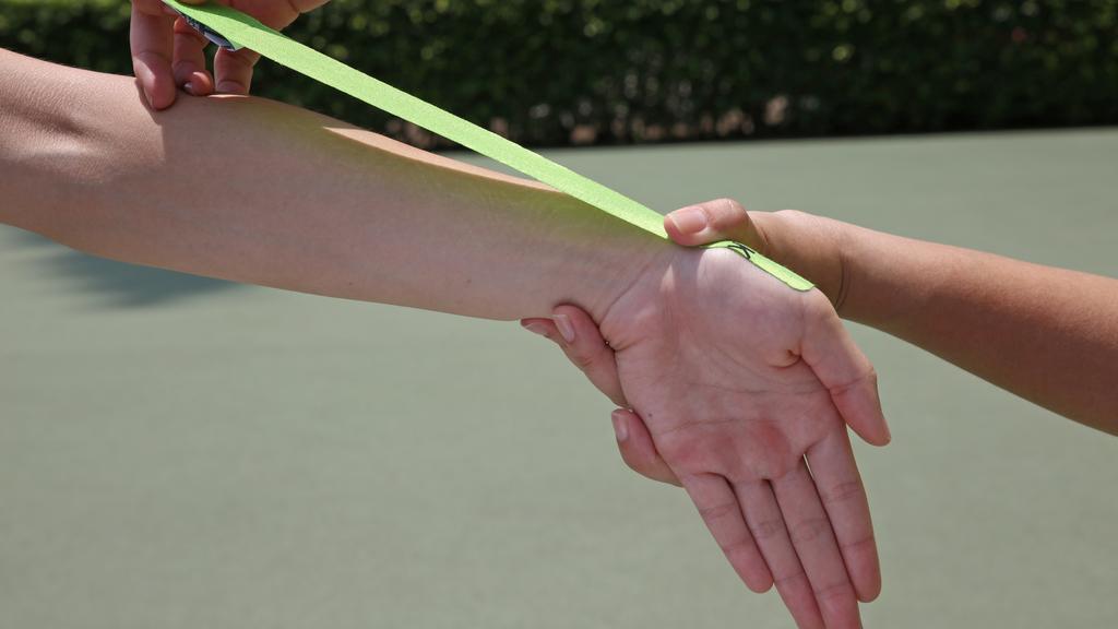 Step1.手臂呈水平伸直,手腕維持輕微向下屈曲,由拇指第一關節起貼上肌內貼,前端使用0%拉力。
