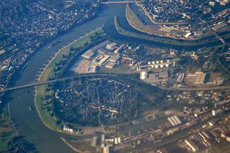 Photo: Rhein bei Duisburg mit A40-Brücke
