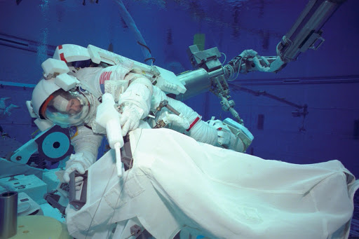 STS-97 (4A) EVA training in NBL pool