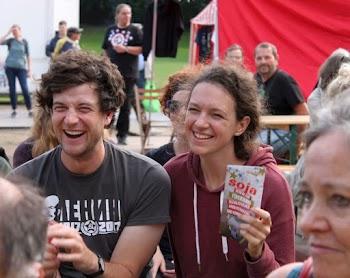 Junge Menschen auf dem Pressefest.