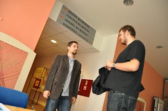 Photo: V době společného studia na našem gymnáziu jste Ondru a Tomáše mohli každou přestávku vidět, jak hrají šachy. I teď o této hře diskutují.