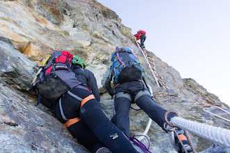 Photo: převislý žebříček pár desítek metrů pod vrcholem
