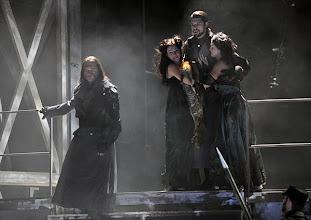 Photo: Theater an der Wien: MATHIS, DER MALER von Paul Hindemith. Premiere 12.12.2012, Inszenierung: Keith Warner. Oliver Ringelhahn, Ben Connor. Foto: Barbara Zeininger.