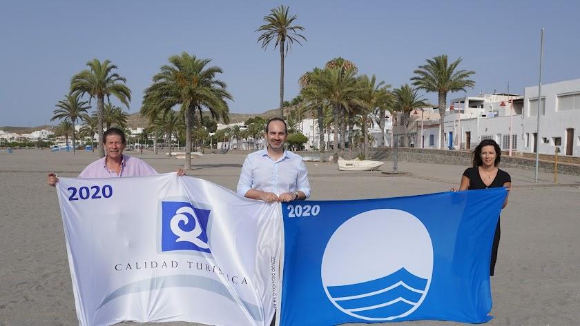El alcalde y los concejales de Turismo y Servicios Urbanos sosteniendo las banderas otorgadas a Carboneras.