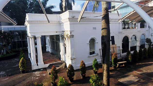 Rumah tua Pondok Cina yang masih berdiri kokoh di tengah kawasan Margo City, Depok, Jawa Barat, Jumat (15/7). Rumah itu kini menjadi satu-satunya cagar budaya penanda kawasan di sekitarnya yang disebut 'Pondok Tjina' sejak abad 17 yang tak bisa dilepaskan dari perkembangan Kota Depok.