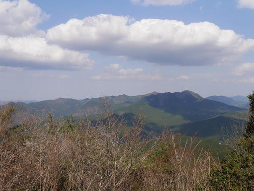 右から古光山、住塚山、国見山、野山ヶ岳など