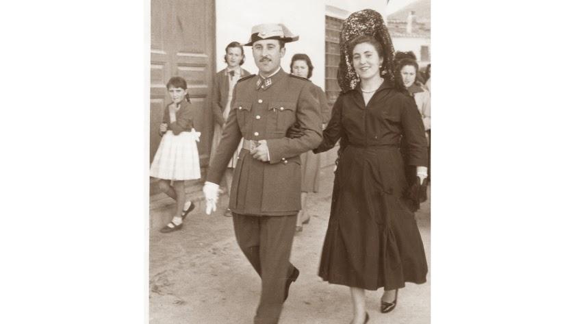 Antonio Echeverría, con el traje de guardia civil el día de su boda, del brazo de su hermana Rosa por las calles de Somontín.