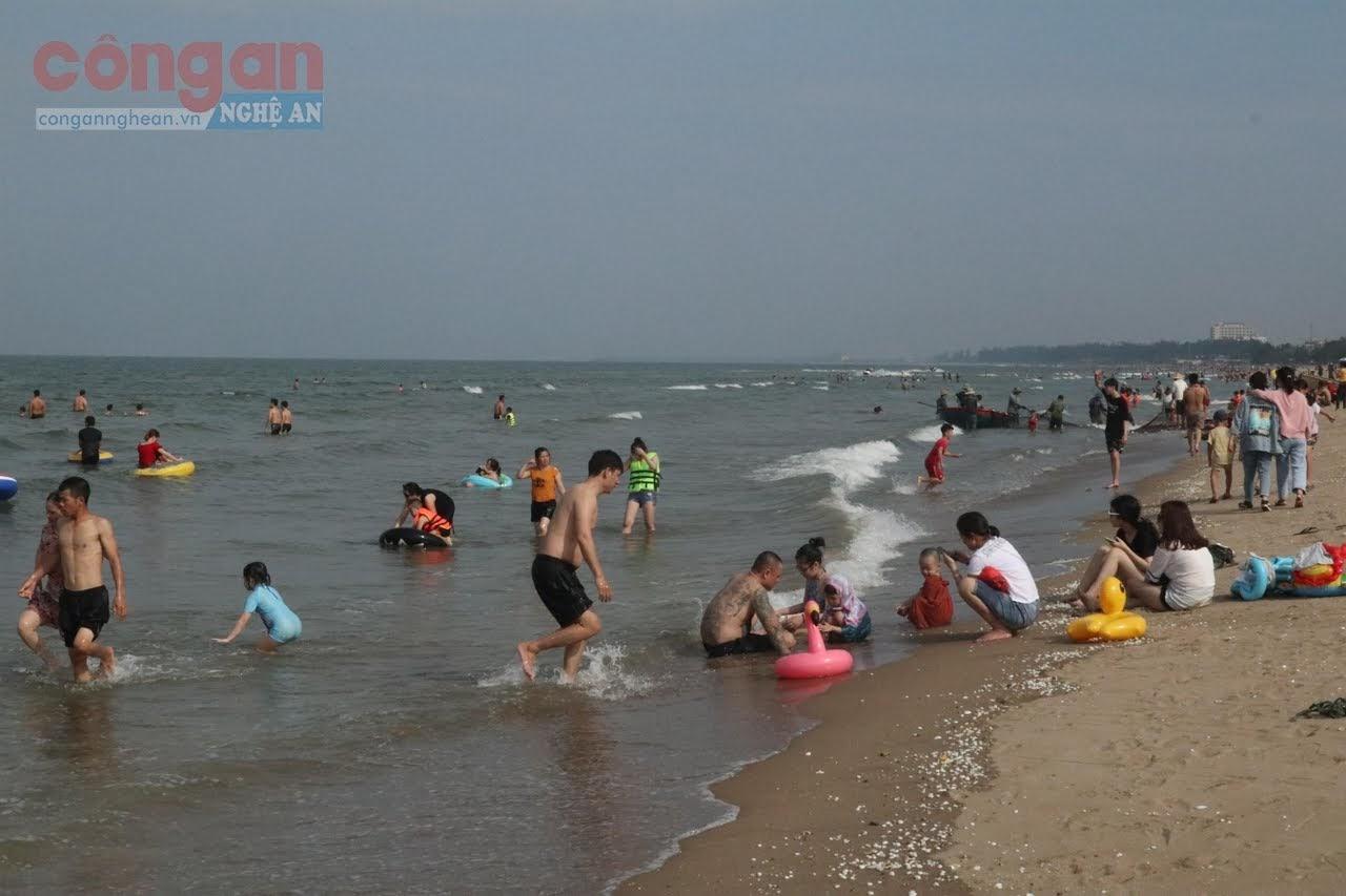 Năm nay, khu du lịch biển Cửa Lò ít khách, chủ yếu là khách ở các địa phương trong tỉnh