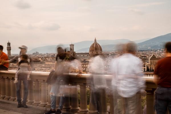 La Città in Posa Davanti a Dinamici Turisti di Edoardo Romiti