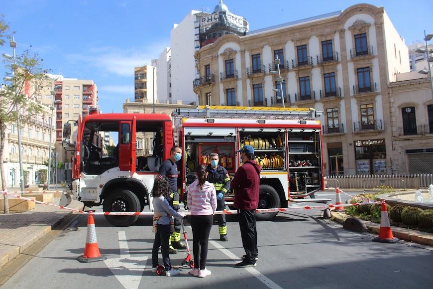 Con sus hijas y ante los Bomberos del Cuerpo de Almería y en Puerta de Purchena.