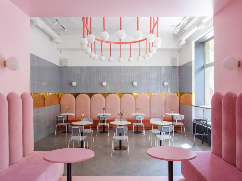 Cadeira e mesa rosa  Descrição gerada automaticamente com confiança média