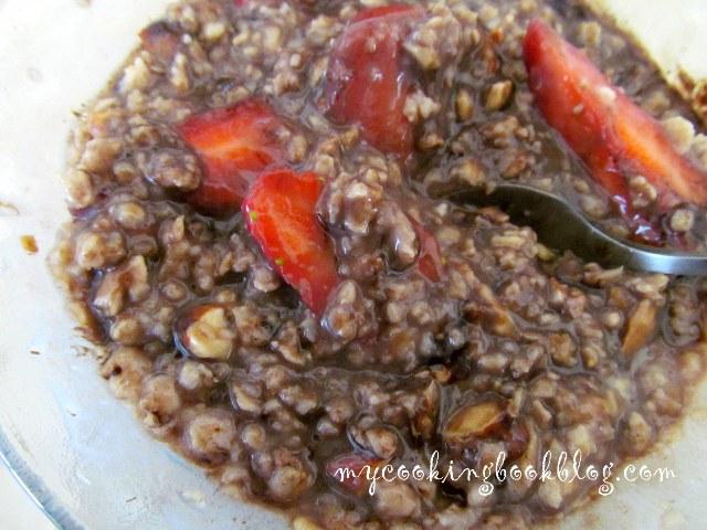 Овесени ядки с ягоди, шоколад и бадеми: